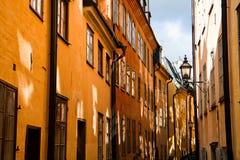 narrow den gammala delstockholm gatan Arkivfoto