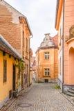 Narrow lappad forntida gata med pittoreska färgrika hus, medeltida gammal stad av Tabor, Tjeckien royaltyfria foton