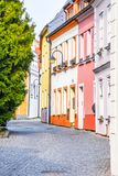 Narrow lappad forntida gata med pittoreska f?rgrika hus, medeltida gammal stad av Tabor, Tjeckien royaltyfria foton