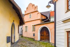 Narrow lappad forntida gata med pittoreska f?rgrika hus, medeltida gammal stad av Tabor, Tjeckien arkivfoton