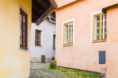 Narrow lappad forntida gata med pittoreska f?rgrika hus, medeltida gammal stad av Tabor, Tjeckien royaltyfri bild