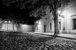 Narrow lappade gatan i gammal medeltida stad med upplysta hus vid tappninggatalampor, Novy svet, Prague, tjeck arkivfoto