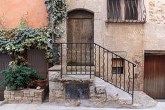 Narrow lappade gator i den gamla byn arkivfoto