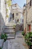 Narrow lappade gator i den gamla byn royaltyfria bilder