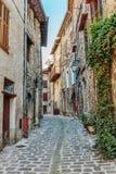 Narrow lappade gator i den gamla byn Lyuseram arkivbilder