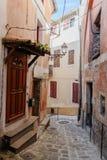 Narrow lappade gator i den gamla byn Lyuseram arkivbild