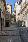 Narrow lappade gator i den gamla byn Lyuseram royaltyfria foton