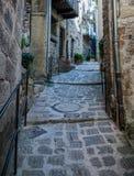 Narrow lappade gator i den gamla byn Lyuseram, Frankrike arkivfoton