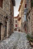 Narrow lappade gator i gammal by av Frankrike royaltyfria foton