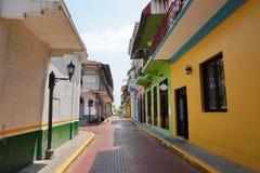 Narrow stenlade gatan av Casco Viejo Panama City royaltyfri bild