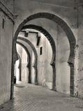 Narrow v?lvd f?reningspunkt mellan gatorna i den gamla delen av Casablanca i Marocko arkivbild