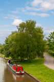Narrowboat coloré sur le canal Photographie stock