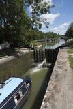 Narrowboat, das durch einen Verschluss bei Devizes Großbritannien überschreitet Stockfotos