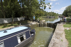 Narrowboat, das durch einen Verschluss bei Devizes Großbritannien überschreitet Lizenzfreie Stockbilder