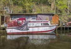 Narrowboat an den Liegeplätzen Lizenzfreie Stockbilder