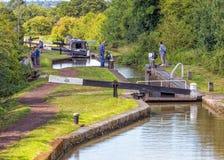 Narrowboat die pond op het Kanaal van Worcester en van Birmingham ingaan royalty-vrije stock foto's