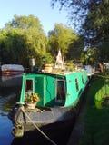 Narrowboat en la leva del río, Reino Unido Imagen de archivo libre de regalías