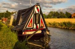 Narrowboat en la región central de Inglaterra - canal magnífico del estilo tradicional de la unión Foto de archivo