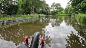 Narrowboat que viaja en un canal británico en el ajuste rural metrajes