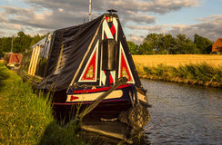 Narrowboat in traditionele stijl in de Binnenlanden - Groot Unie Kanaal Stock Foto