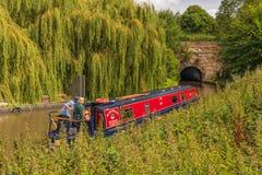 Narrowboat ungefähr, zum von Tardebigge-Tunnel zu betreten lizenzfreie stockbilder