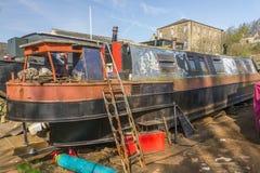 Narrowboat unter renevation Lizenzfreie Stockbilder