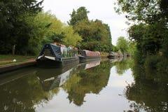 Narrowboats停泊了到英国运河银行  免版税库存照片