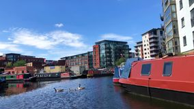 Narrowboats в каналах Бирмингема, Великобритании акции видеоматериалы