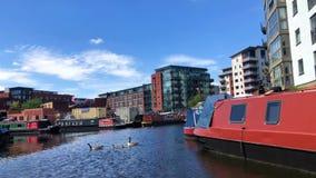 Narrowboats in den Kanälen von Birmingham, Vereinigtes Königreich stock video footage