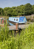 Narrowboats an den Kanalliegeplätzen Stockbilder
