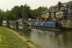 Narrowboats na kanale obok pubu obrazy stock