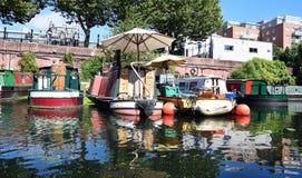 Narrowboats no canal Fotos de Stock Royalty Free