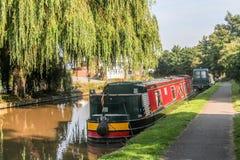 Narrowboats op het de Unie van Shropshire Kanaal wordt vastgelegd dat stock fotografie