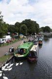 Narrowboats que recolecta en el canal de Kennet y de Avon en Newbury Reino Unido Fotos de archivo