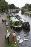 Narrowboats que recolecta en el Kennet Foto de archivo