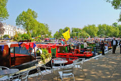 Narrowboats verankerte in wenigem Venedig, Paddington Lizenzfreie Stockbilder