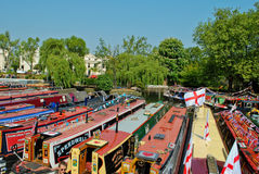 Narrowboats verankerte in wenigem Venedig, Paddington Lizenzfreie Stockfotos