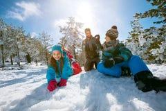 Narta, śnieżny słońce i zabawa, - rodzinna cieszy się zima być na wakacjach Fotografia Royalty Free