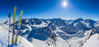 Narta w zima sezonie, górach i narciarskich krajoznawczych backcountry equipments na wierzchołku śnieżne góry w słonecznym dniu,  obrazy royalty free