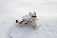 Narta z słupami i sanie na istnym śniegu zdjęcia stock