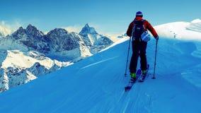 Narta z zadziwiającym widokiem szwajcarskie sławne góry w pięknej wygranie zdjęcie stock