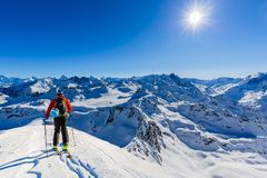 Narta z zadziwiającym widokiem szwajcarskie sławne góry w pięknej wygranie zdjęcie royalty free