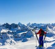 Narta z zadziwiającym widokiem szwajcarskie sławne góry w pięknej zimy Mt śnieżnym forcie Skituring, backcountry narciarstwo w św zdjęcie stock