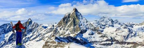Narta z zadziwiającym widokiem szwajcarskie sławne góry w pięknej zimy Mt śnieżnym forcie Skituring, backcountry narciarstwo w św fotografia stock