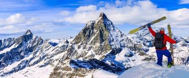 Narta z zadziwiającym widokiem szwajcarskie sławne góry w pięknej zimy Mt śnieżnym forcie Skituring, backcountry narciarstwo w św obraz royalty free