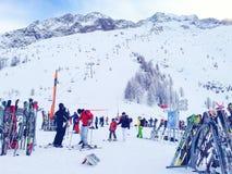 Narty i skłonu widok przy Les Grands Montets narciarskim terenem blisko Chamonix Zdjęcia Royalty Free