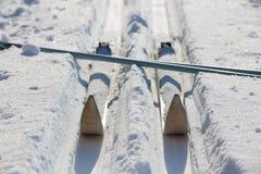 Narty podróży turystyka Przez cały kraj narciarstwa wyposażenia śnieżny pole Obrazy Royalty Free