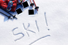 Narty zimy urlopowi sporty pojęcie, słowo pisać w śniegu z narciarstwa wyposażeniem i puste miejsce polaroidu fotografii druki, Zdjęcia Royalty Free