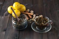 玻璃瓶子narural未加工的清凉茶 免版税库存图片