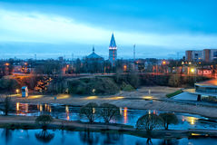 Narva Estónia Praia e Alexander Lutheran Cathedral da cidade foto de stock royalty free